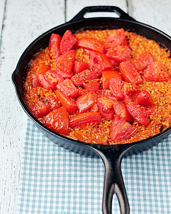 Paella with Tomatoes from www.thisgalcooks.com #paella #vegetariandishes #quickandeasy