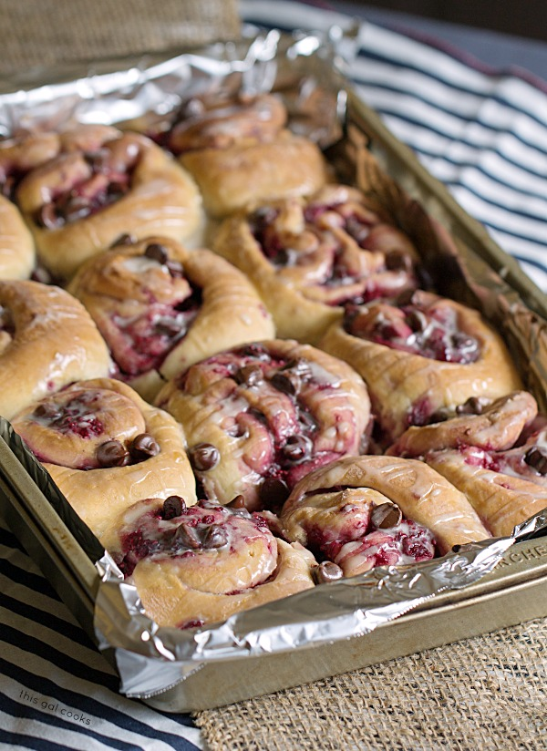 60 Minute Chocolate Raspberry Sweet Rolls - This Gal Cooks #breakfast #chocolateliquor #sweetrolls