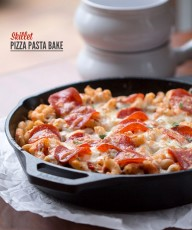 Skillet Pizza Pasta Bake: hot Italian chicken sausage, turkey pepperoni, all natural pizza sauce, veggies, gluten free pasta and cheese come together to make this easy to make casserole.