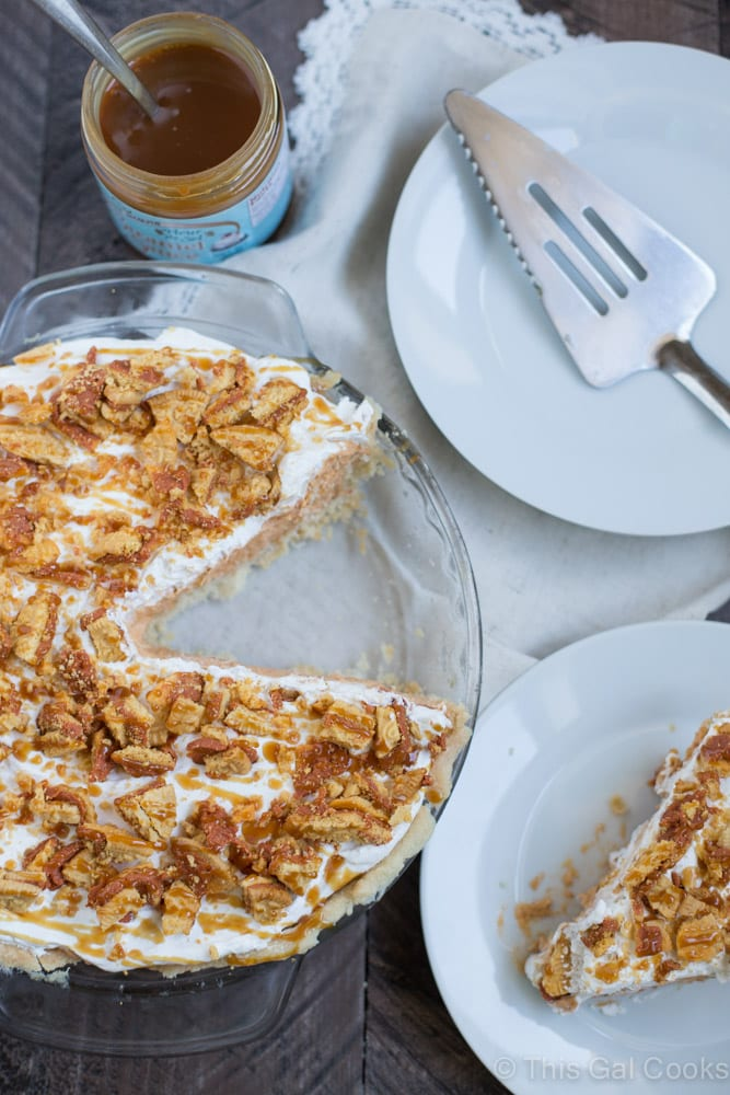 Easy Pumpkin Spice Pudding Pie. Flaky pie crust filled with pumpkin spice pudding, Cool Whip, pumpkin spice Oreos and topped with cool whip, cookies and caramel!